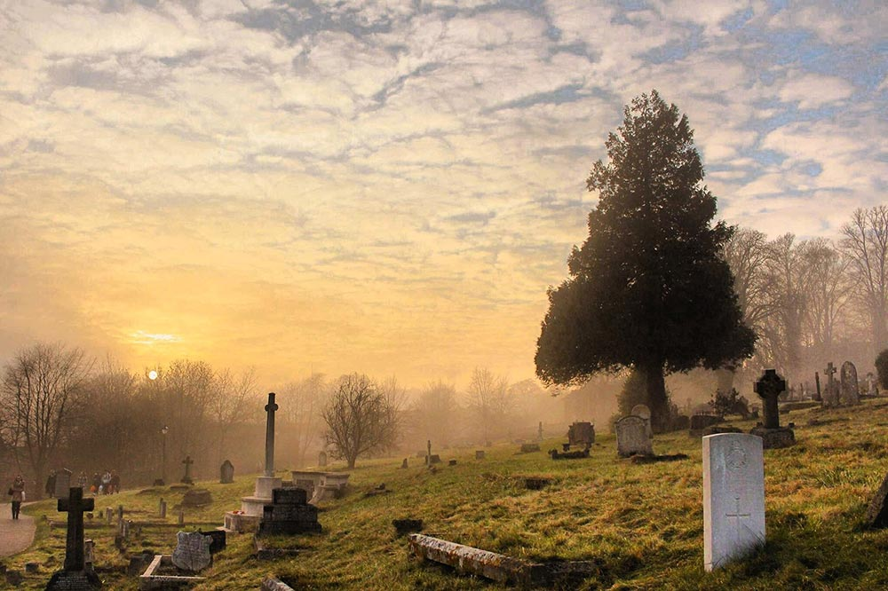 What does it mean to dream of cemeteries